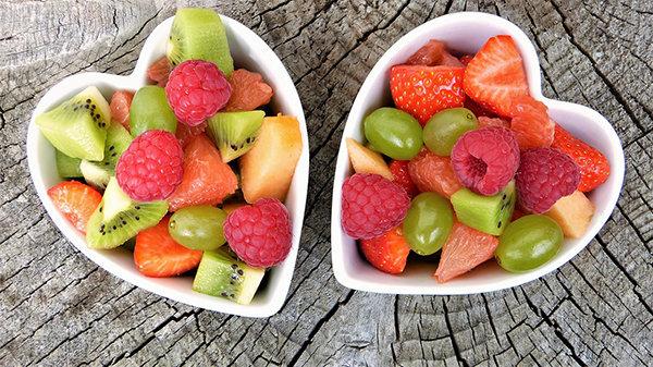 Fotografie srdíčkových misek a ovoce a zeleniny