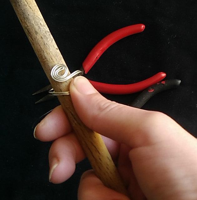 Jak vyrobit prstýnek z drátu, který zvládne i začátečník
