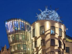 Noc ve skleněné věži Tančícího domu